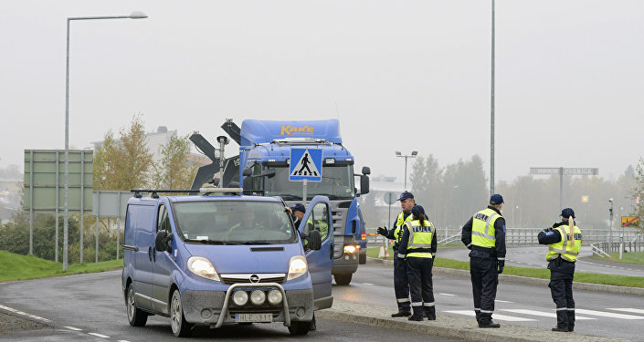 Finnish customs officers stop and inspect cars on Finland's northern border with Sweden on September 25, 2015 to prevent illegal immigration and human trafficking