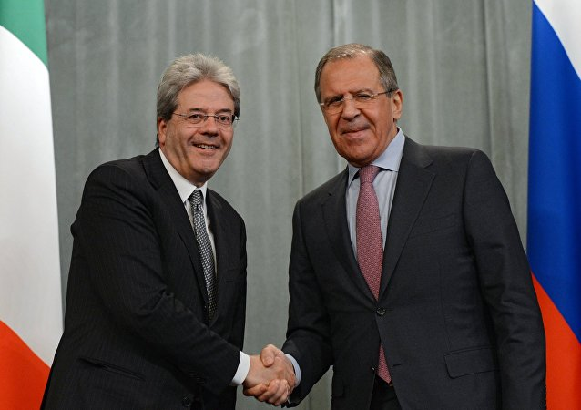 Italian Foreign Minister Paolo Gentiloni and his Russian counterpart Sergei Lavrov, right, during a meeting in Moscow