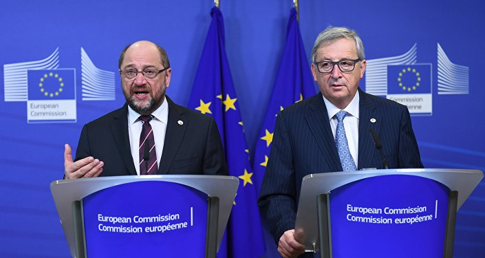 European Commission President Jean-Claude Juncker (R) and European Parliament President Martin Schulz address a press conference at the European Commission ahead of a EU leaders' summit in Brussels, on December 17, 2015