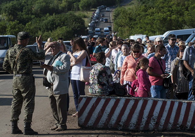 Residents of the Donetsk and Luhansk regions wait to cross a Ukrainian government forces' checkpoint at the road from Horlivka to Artemivsk near Artemivsk, Donetsk region eastern Ukraine. File photo