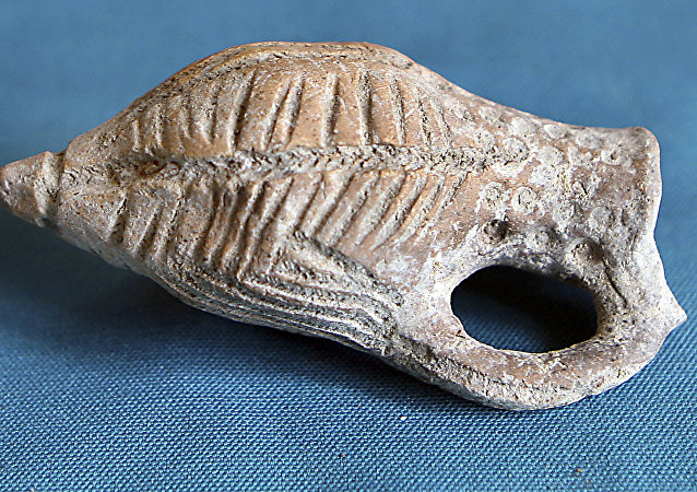 A pottery item unearthed by Syrian archeologists in a cemetery in Hina town (file photo)