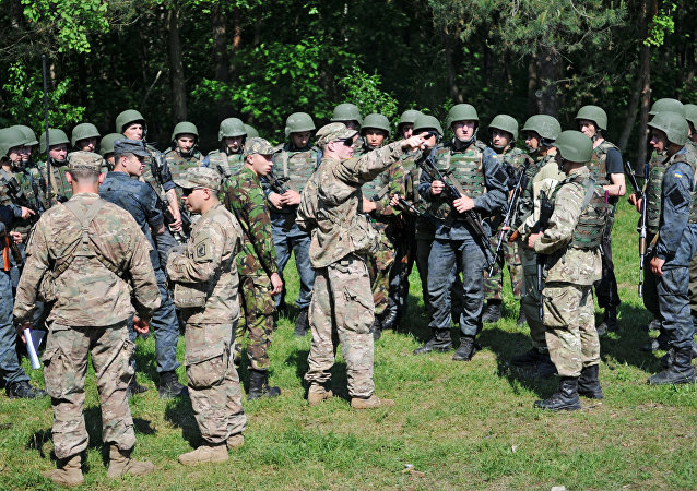 Ukrainian and US personnel during the joint drills Fearless Guardian - 2015 at the Yavorovsky training ground