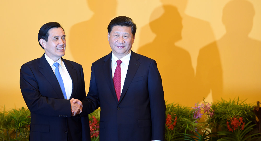 Chinese President Xi Jinping (R) shakes hands with Taiwan President Ma Ying-jeou before their meeting at Shangrila hotel in Singapore on November 7, 201