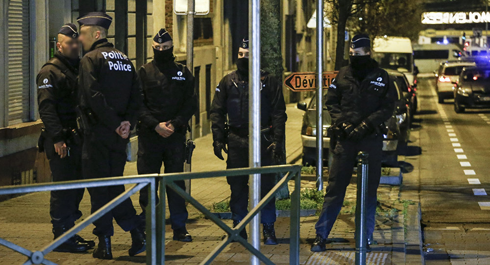 Police officers conduct new searches linked to Paris terrorist attacks, on December 30, 2015, in Molenbeek, Brussels