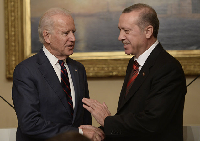 US Vice President Joe Biden (L) pose with Turkish President Rcep Tayyip Erdogan at Beylerbeyi Palace on November 22, 2014 in Istanbul