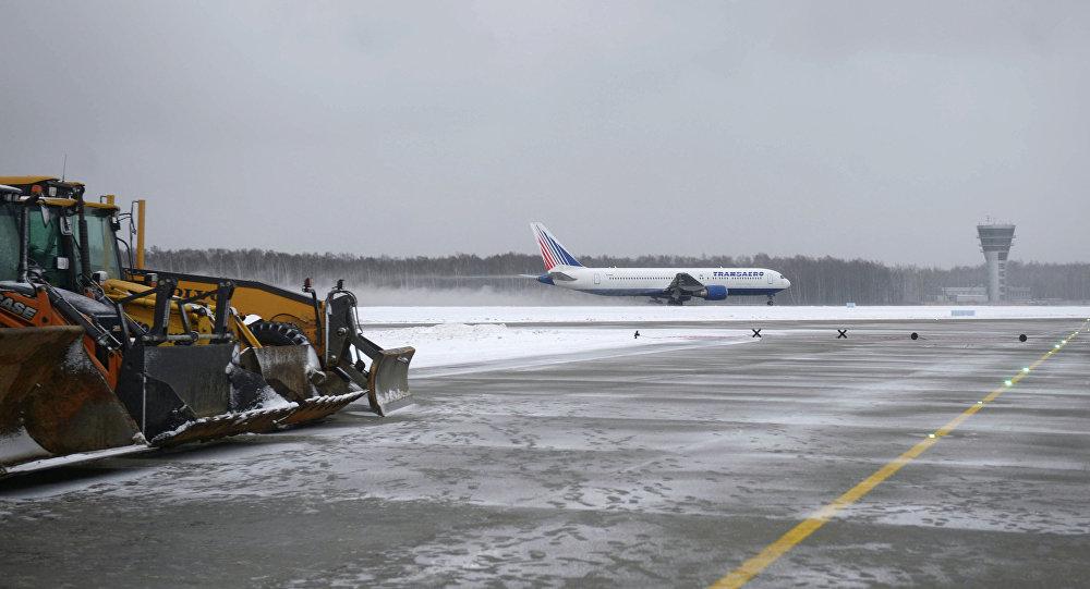 Vnukovo Airport's new runway presented to Dmitry Medvedev