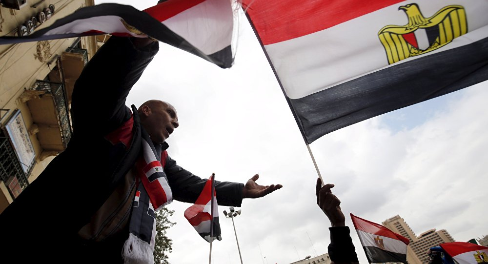 Pro-government protesters chant slogans while holding the national flag during the fifth anniversary of the uprising that ended 30-year reign of Hosni Mubarak in Cairo, Egypt, January 25, 2016