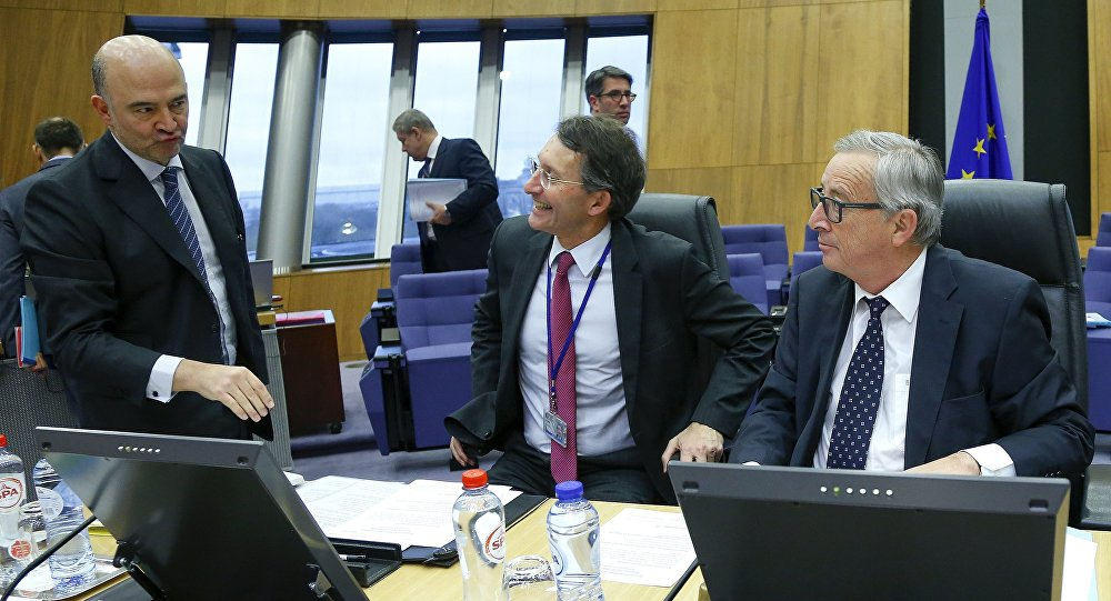 European Commission President Jean-Claude Juncker (R) talks with EU Economics Commissioner Pierre Moscovici (L) during an extraordinary meeting with EU commissioners on the Portugal's budget in Brussels, Belgium, February 5, 2016