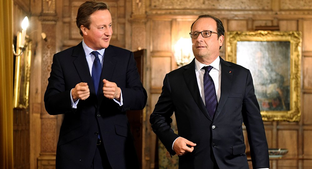 French President Francois Hollande (R) meets with British Prime Minister David Cameron (L) in the Great Polour at the prime minister's Chequers residence before a working dinner near Ellesborough, northwest of London, on September 22, 2015.