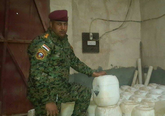 Iraqi soldier shows Daesh chemical weapons in Anbar province