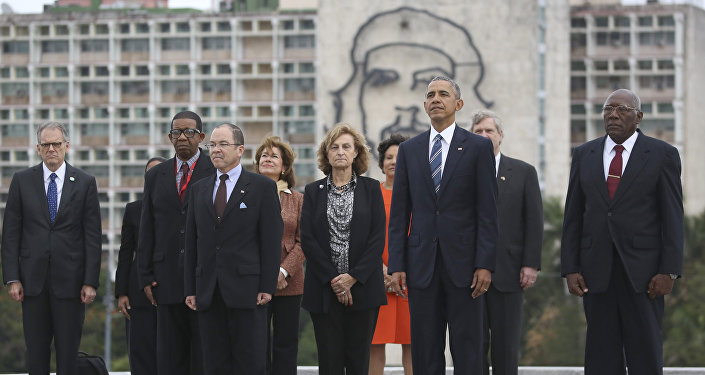 Back dropped by a monument depicting Cuba's revolutionary hero Ernesto Che Guevara, U.S. President Barack Obama, Vice-President of Cuba's State Council Salvador Valdes Mesa, right, and other members of the U.S. delegation stand during a ceremony at the Jose Marti Monument in Havana, Cuba, Monday March 21, 2016