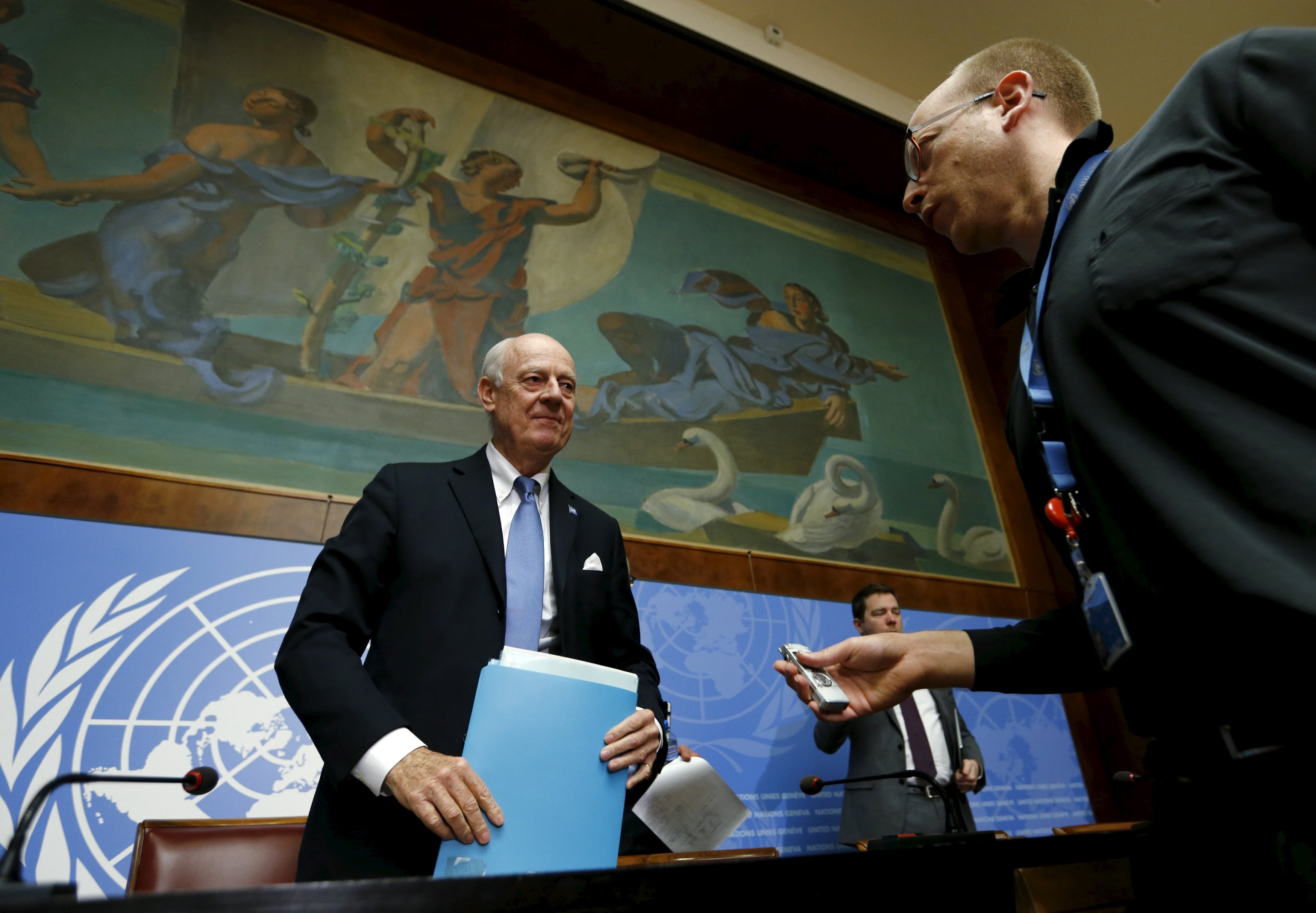 U.N. mediator for Syria, Staffan de Mistura (L) talks with Reuters journalist Tom Miles after a news conference at the end of the Syria peace talks at the United Nations in Geneva, Switzerland, March 24, 2016