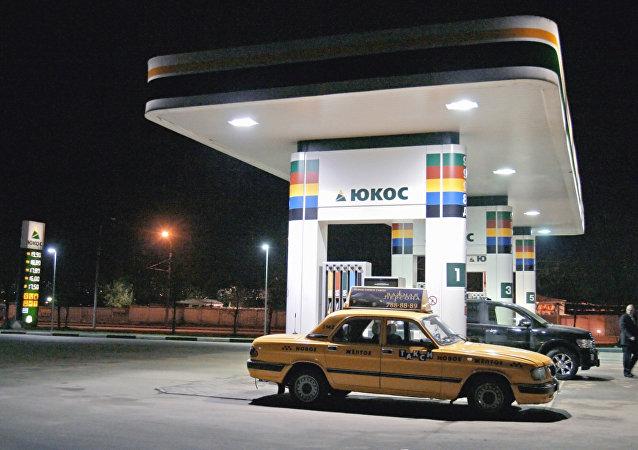 A Yukos filling station. Ulitsa Nizhniye Mnevniki