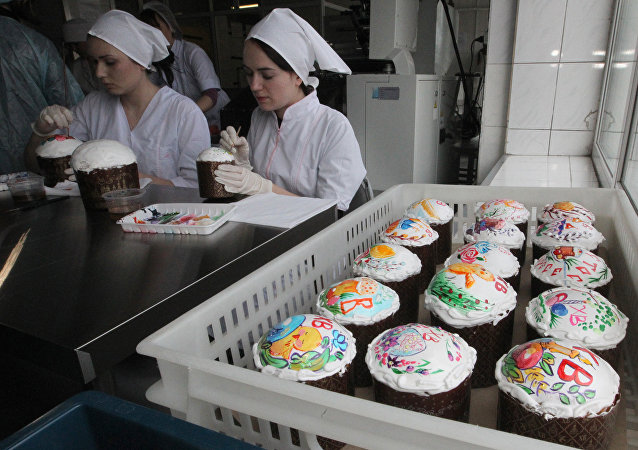 With the Orthodox Easter holiday quickly approaching, confectioners from the Presidential Property Management Department shared their special recipes for the traditional Easter cake made for Vladimir Putin and taught journalists how to make it.