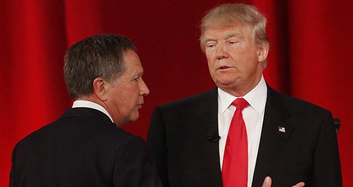 Republican presidential candidate, Ohio Gov. John Kasich, left, speaks to Republican presidential candidate, businessman Donald Trump
