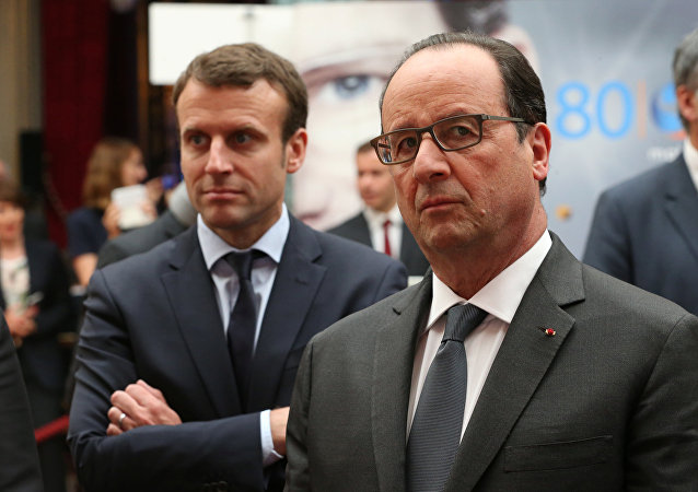 French President Francois Hollande (R) and French Economy Minister Emmanuel Macron (L) attend the Nouvelle France Industrielle event at the Elysee Palace in Paris, France, May 23,