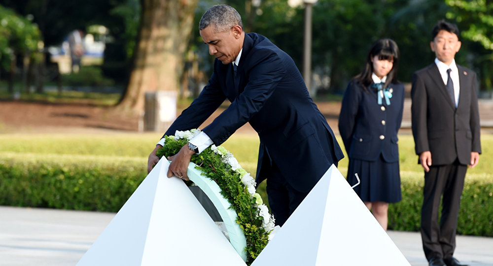 US President Barack Obama places a wreath at the cenotaph in the Peace Momorial park in Hiroshima on May 27, 2016 with Japanese Prime Minister Shinzo Abe. Obama on May 27 paid a moving tribute to victims of the world's first nuclear attack