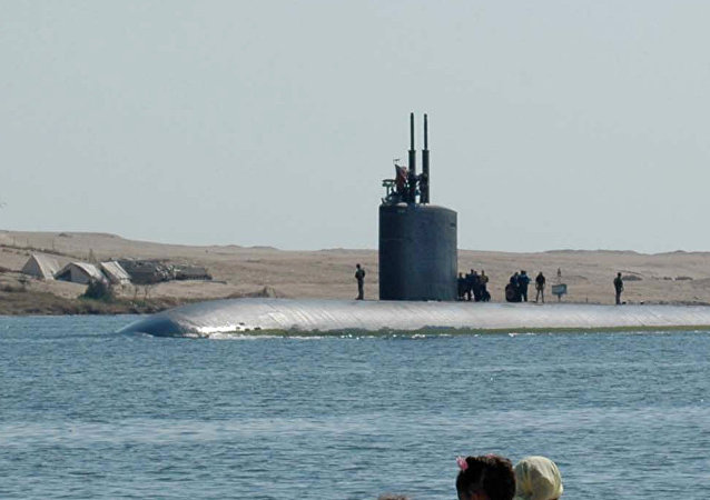 The attack submarine USS Alexandria (SSN-757) passes through the Suez Canal by the Egyptian city of Ismailia, 100 kilometers northeast of Cairo, 26 October 2006 on its way to the Mediterranean Sea from the Gulf