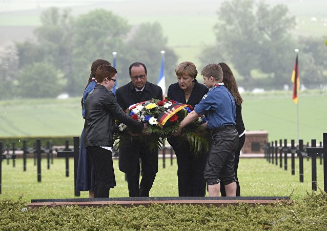 French President Francois Hollande and German Chancellor Angela Merkel lay a wreath at a German cemetery in Consenvoye near Verdun, France, May 29, 2016, during a remembrance ceremony marking the 100th anniversary of the battle of Verdun, one of the largest battles of the First World War (WWI) on the Western Front.