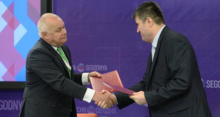 Dmitry Kiselev, left, Director General, Rossiya Segodnya International Information Agency, with Ahmed Dawa (Syria), Director General and Editor-In-Chief, Syrian Arab News Agency (SANA)