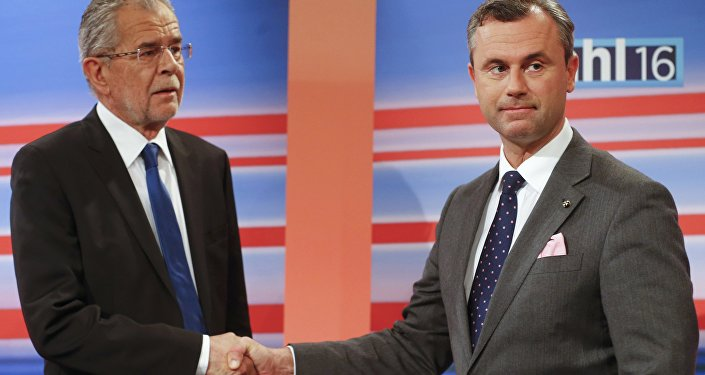 Presidential candidates Norbert Hofer of the Freedom Party (FPOe) and Alexander Van der Bellen (L) who is supported by the Greens party, shake hands before a TV debate after the Austrian presidential election in Vienna, Austria. (File)