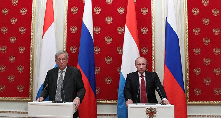 Russian President Vladimir Putin (right) and European Commission President Jean-Claude Juncker. (File)