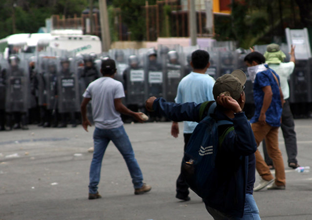 Teachers clash with Mexican Federal police in Oaxaca on June 20, 2016.