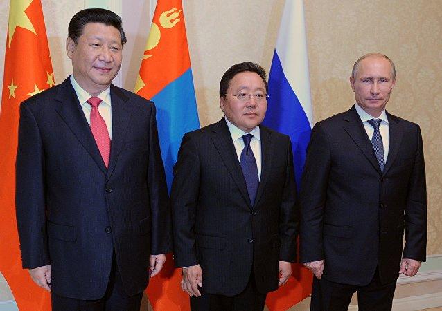 From right, Russian President Vladimir Putin, Mongolian President Tsakhiagiin Elbegdorj and Chinese President Xi Jinping. (File)