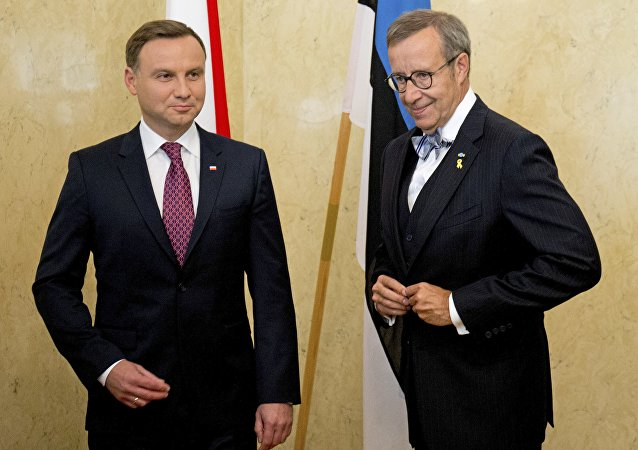 Estonian President Toomas Hendrik Ilves, right, and Polish president Andrzej Duda prepares to pose for a photo during their meeting in Tallinn, Estonia, Sunday, Aug. 23, 2015