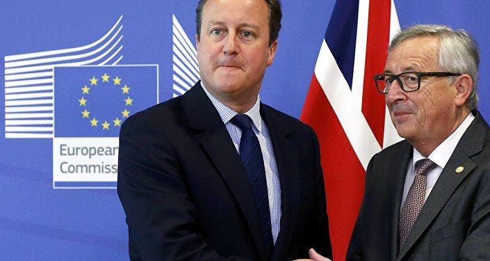 Britain's Prime Minister David Cameron and EU Commission President Jean-Claude Juncker arrive at the EU Summit in Brussels, Belgium, June 28, 2016.