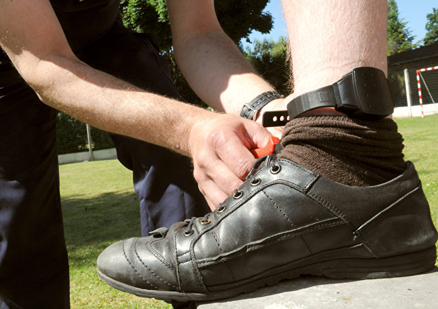 Electronic tagging ankle monitor