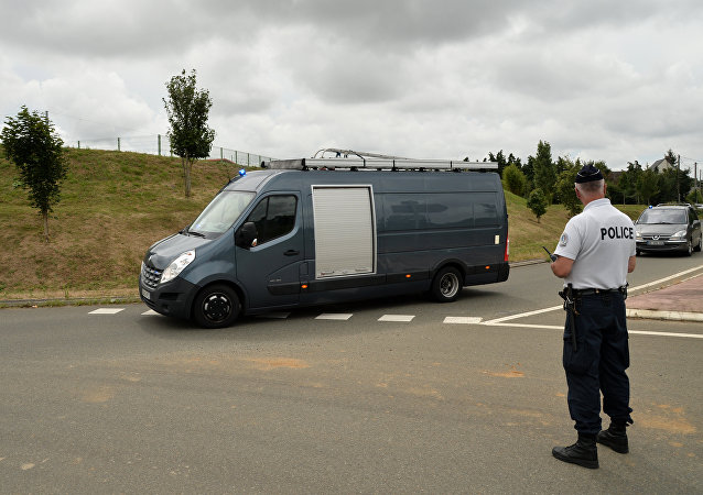 Police and regional intervention and security teams (ERIS) arrive at the prison of Le Mans Les Croisettes (L) in Coulaines, on August 4, 2016