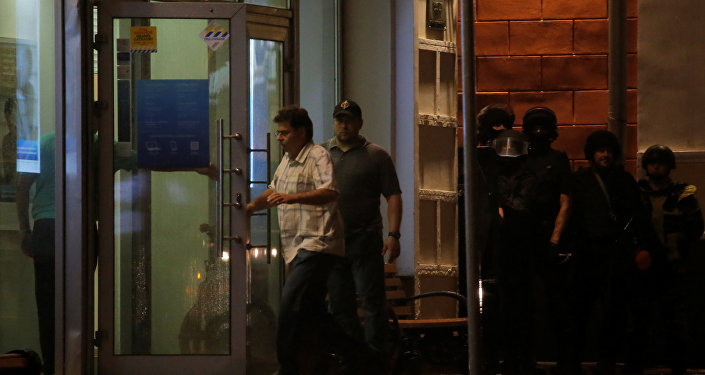 Negotiators enter a Citibank branch, which was seized by an unknown man who threatened to blow himself up, in central Moscow
