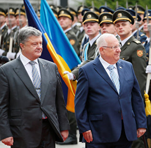 Ukrainian President Petro Poroshenko (L) and his Israeli counterpart Reuven Rivlin walk past honour guards during a welcoming ceremony in Kiev, Ukraine, September 27, 2016