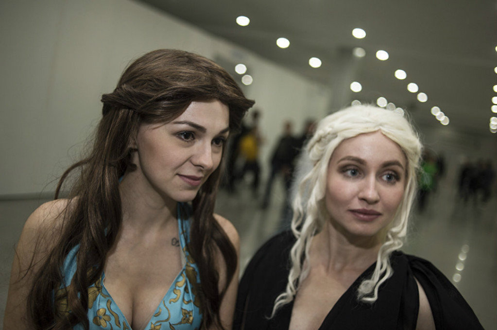"""Iris and Yulia as Margaery Tyrell and Daenerys Targaryen, characters from the """"Game of Thrones"""""""