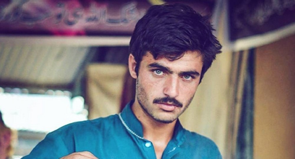 Handsome Tea-Seller unites India and Pakistan