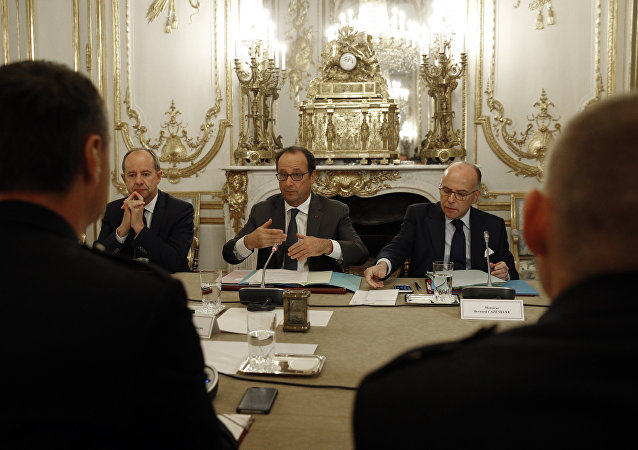 (From L) French Justice Minister Jean-Jacques Urvoas, French President Francois Hollande and French Interior minister Bernard Cazeneuve meet with representatives of the French police unions on October 26, 2016 at the Elysee presidential Palace in Paris.