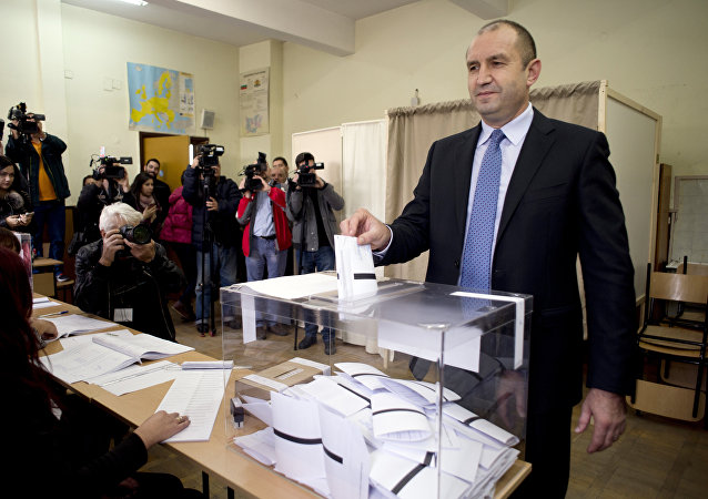 Former head of the Bulgarian airforce Rumen Radev, candidate of the opposition Socialists casts his vote at a polling station during the Presidential elections in Sofia on November 6, 2016.