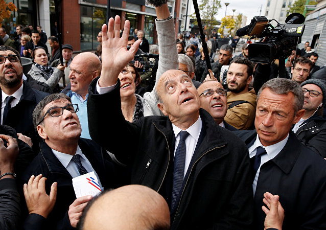 French politician Alain Juppe (C)