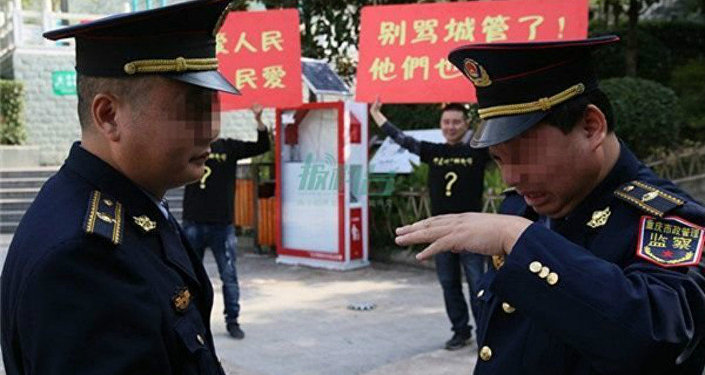 China's Notorious Urban Police Moved to Tears by Street Vendors' Show of Support