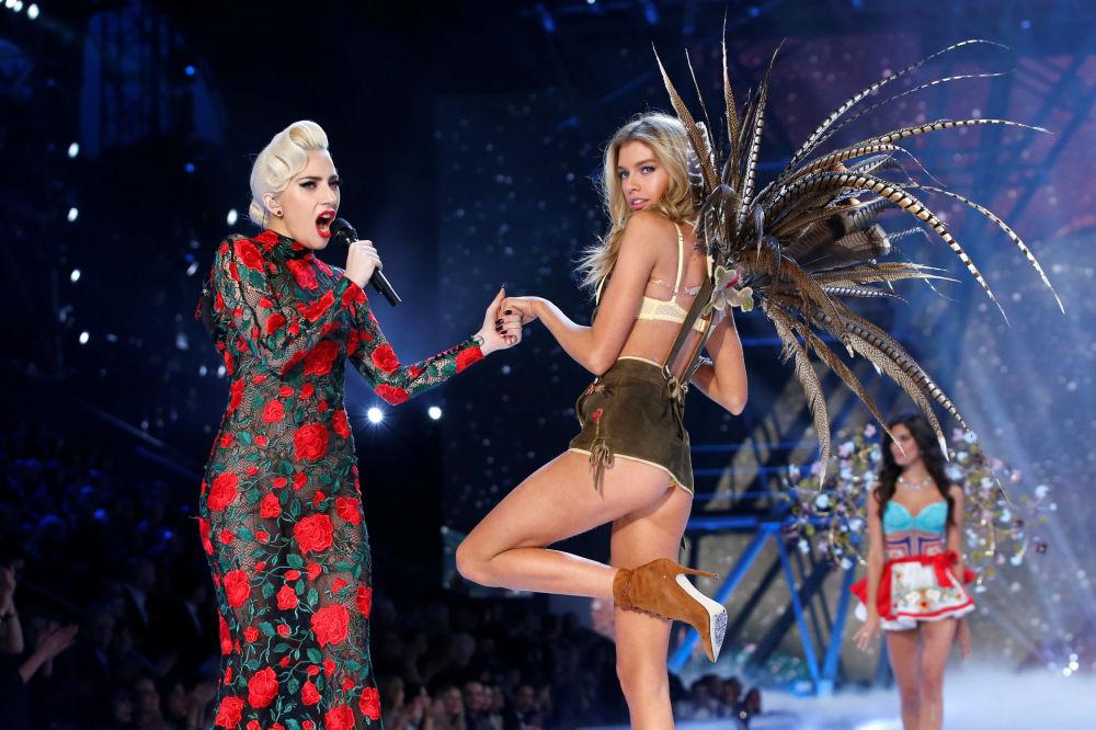 Victoria's Secret Fashion Show 2016: Angels Grace the Stage in Paris