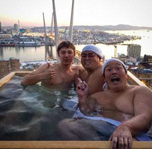 Японские комики прокатились по Владивостоку в передвижной ванне