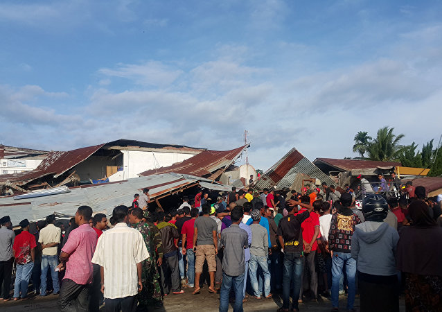 People survey the damage after dozens of buildings collapsed following a 6.4 magnitude earthquake in Ule Glee, Pidie Jaya in the northern province of Aceh, Indonesia December 7, 2016