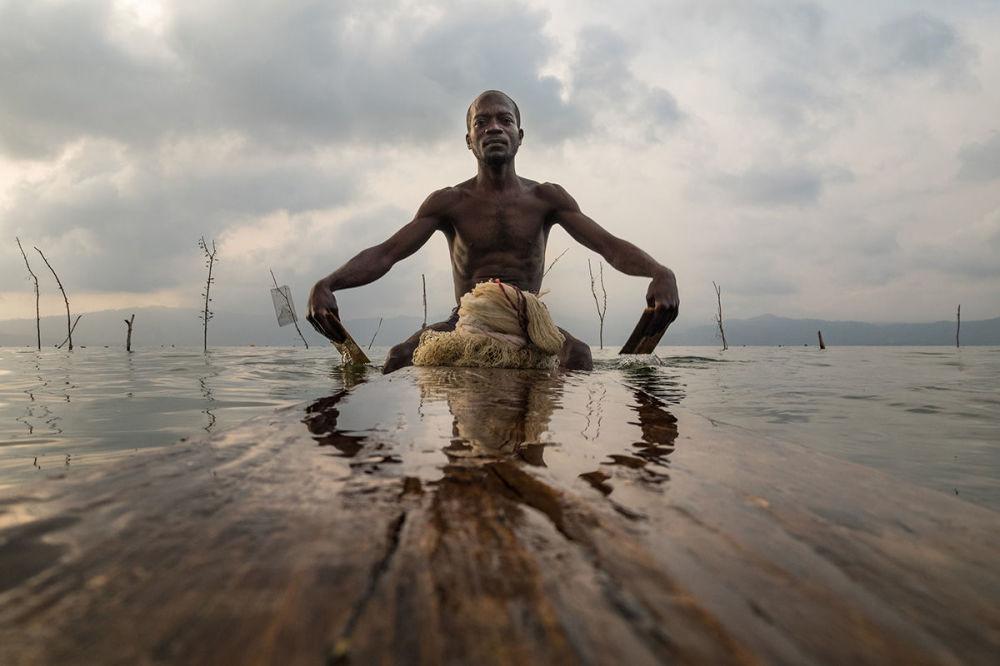 The Ashanti people fish from the traditional wooden padu (Lake Bosumtwi, Ashanti, Ghana) by Joel Santos, Portugal.