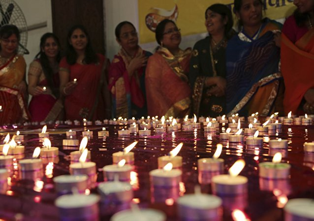 Members of ethnic Marwari community light candles to express their gratitude to Indian army soldiers during an event as part of Diwali celebrations in Bangalore, India. (File)