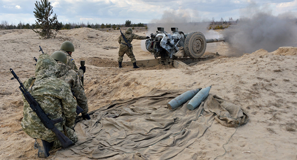 Ukrainian paratroopers fire a howitzer during military drills in the Zhytomyr region, some 150 kms from Kiev, on March 6, 2015
