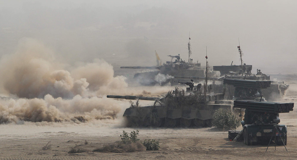 Pakistani army tanks advance during a military exercise at a trategic area along the border with India, in Khairpure Tamay Wali in Bahawalpur district on November 16, 2016