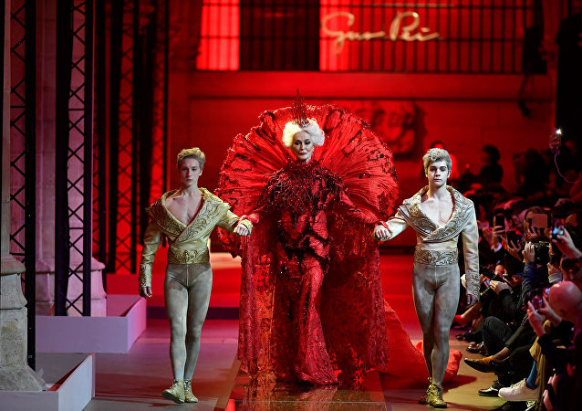 """Guo Pei's show at 2017 Paris Couture Week was closed by the veteran model Carmen Dell'Orefice, who is 85 years """"young"""" now."""