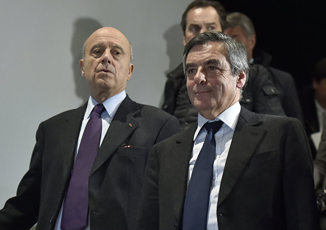 Right-wing candidate for the upcoming presidential election Francois Fillon (R) and Bordeaux's Mayor Alain Juppe (L) (File)