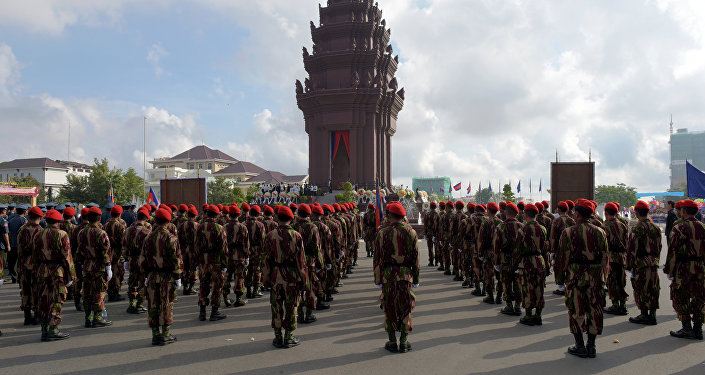 Cambodian soldiers stand in front of Independence Monument (File)